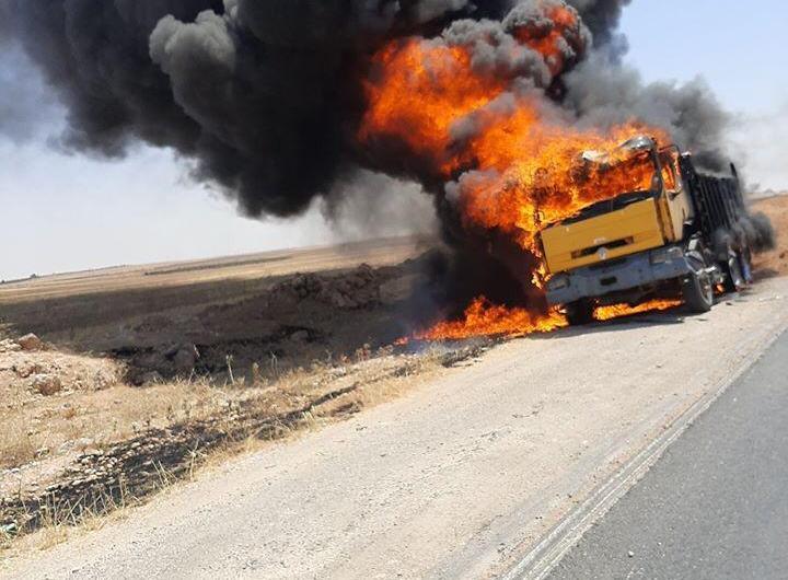 ضحايا في استهداف شاحنة مدنيّة على طريق M4 قرب بلدة عين عيسى من قبل الجيش التركي