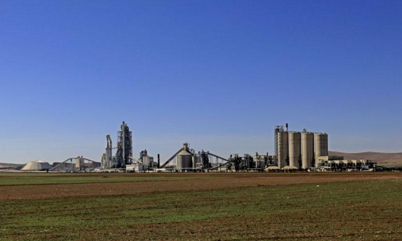 """فرنسا تتهم أردنياً بتمويل الإرهاب.. عمِل سابقاً في مصنع """"لافارج"""" في شمال سوريا"""