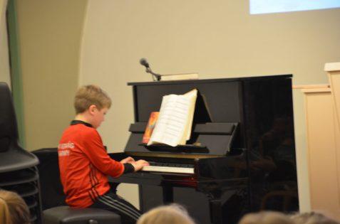 Pianounderholdning på leirkvelden