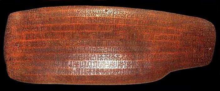 Artefakt s glyfmi rongorongo známy ako Aruku Kurenga (2. tisícročie n.l.)