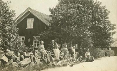 Småskolan i Östra Derome, barnen vid gärdesgården