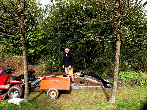 Semi Circle at Veddw, copyright Anne Wareham Jeff doing bottom meadow build SAM_9718