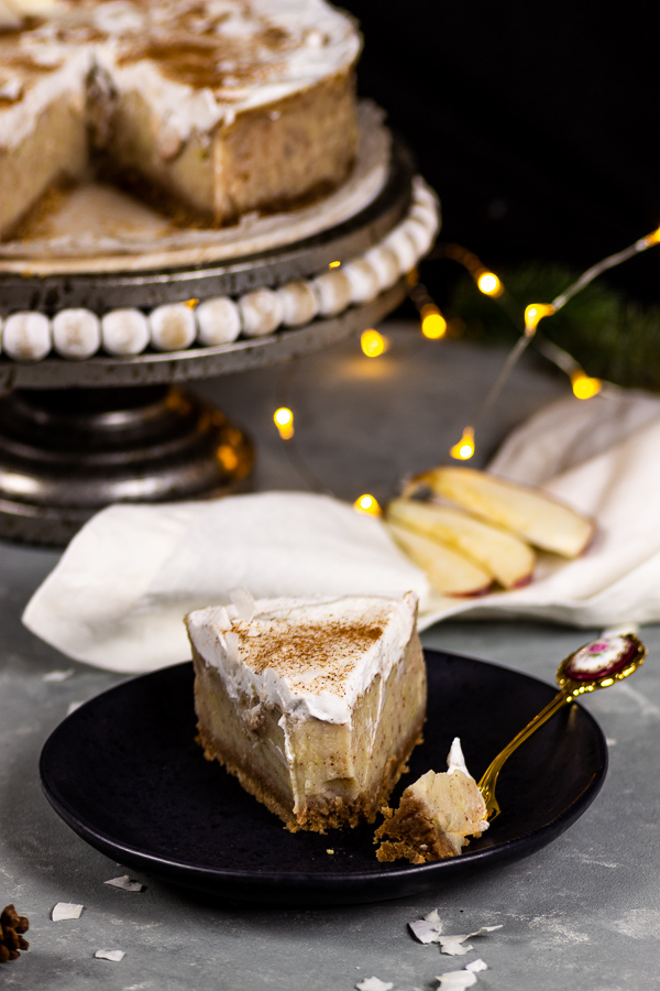 vegan apple cinnamon cheesecake with spekulatius crust