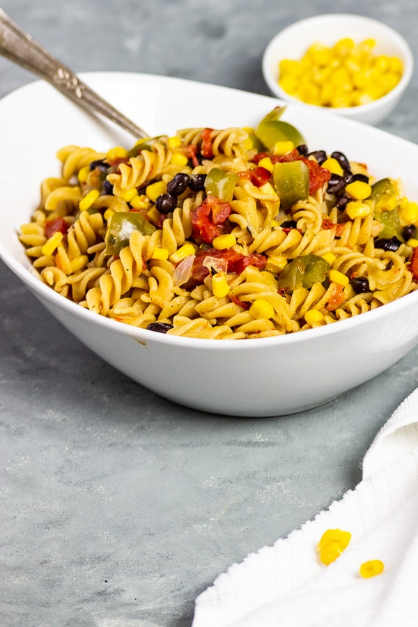 Are you looking for fast and healthy recipes? Then try out these fast, vegan One Pot Text Mex pasta. With corn, bell peppers, tomatoes and the taco spice they taste wonderfully spicy and are a perfect dinner for stressful days. You can also prepare this vegan Tex Mex pasta as a meal prep. vegan | dairy-free | lactose-free | vegetarian | oil-free opt | sugar-free | gluten-free opt | whole food plant-based