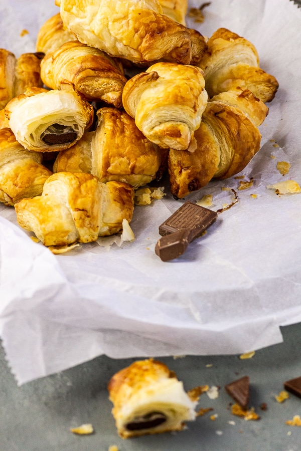 Vegan Chocolate Croissants - Do you want a fancy a Sunday breakfast with chocolate croissants, but you do not find any vegan croissants near you. Then I have for you a super fast and fool-proof recipe for how to make vegan chocolate croissants under 20 minutes. vegan | vegetarian | dairy-free | free | lactose free | nut free
