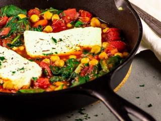 Vegane Feta Kicherbsen Pfanne mit Spinat und Tomaten