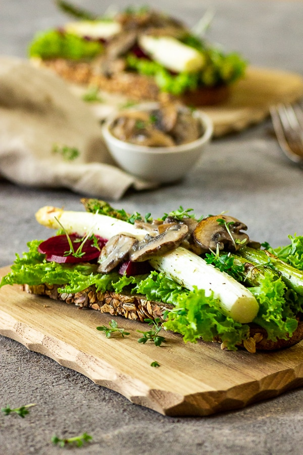 A recipe for a satisfying vegan gourmet - Toast made with salad, asparagus, beetroot and topped with creamed mushrooms. Prepare this asparagus toast as the main course for your next lunch or dinner or as a starter / appetizer for your guests. Vegan | vegetarian | oil-free | dairy-free | gluten-free opt. | whole foods | soyfree