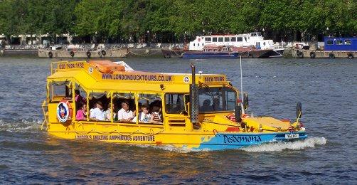 "Yellow Duck Tour barco en el agua "" width = ""502"" style = ""margin-left: auto; margin-right: auto"
