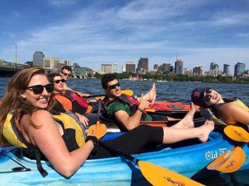 """Cinco compañeros de trabajo en kayak en una excursión de la compañía """"title ="""" company-kayak-outing.jpg """"width ="""" 500 """"style ="""" width: 500px"""