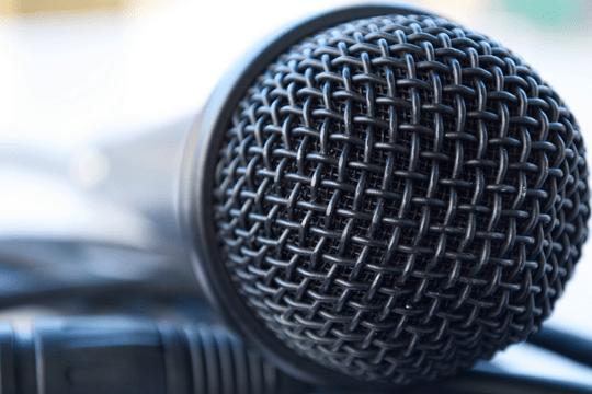 Jefe de un micrófono utilizado para la noche de karaoke , una actividad de team building para empresas
