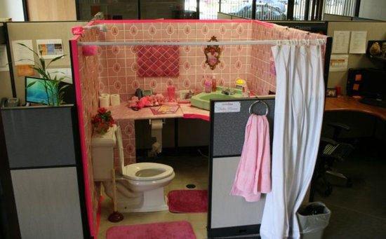 """bathroom-cubicle-prank.jpg """"title ="""" bathroom-cubicle -prank.jpg """"width ="""" 550 """"height ="""" 341"""