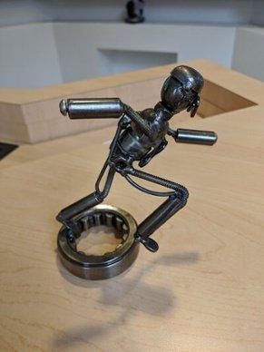 Figura de metal con sombra tomada en el teléfono sin flash