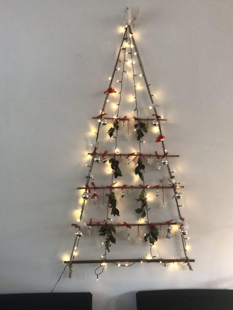 Voor de kerst hebben wij een kerstboom aan de muur