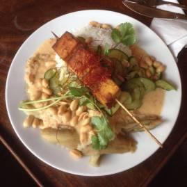 Seitan-Spieße mit Auberginen und Erdnuss-Sauce im Café Nasch, Hamburg