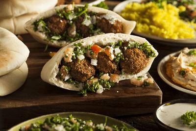 Αραβικη πιτα με φαλαφελ και χουμους