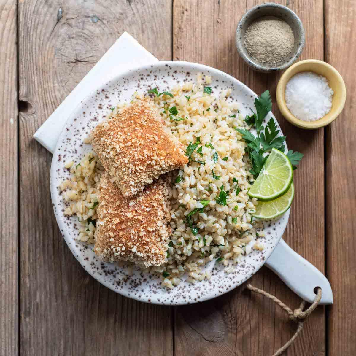 Cordon Bleu με Καστανό Ρύζι Αρωματισμένο με Μαϊντανό και Λάιμ