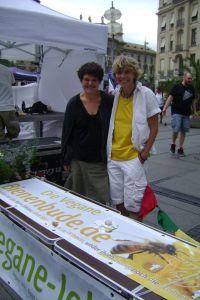Marion und Sabine am Stand fuer die vegane Bienenbude