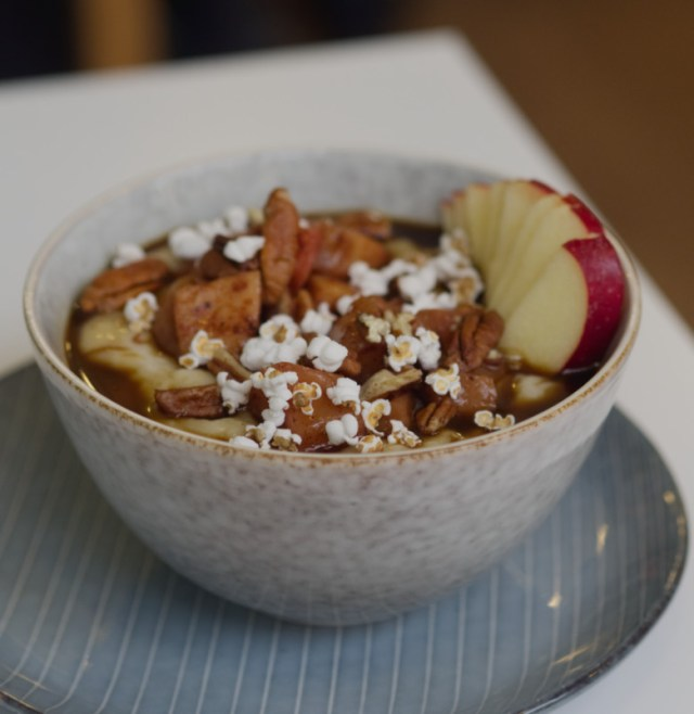 Vegan spiced apple porridge at Brochan Edinburgh