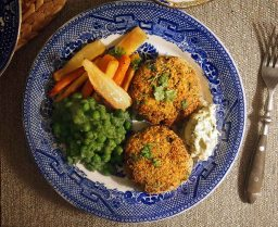 Seacakes with peas in a pea sauce and carrot and parsnip chips + caper mayo!