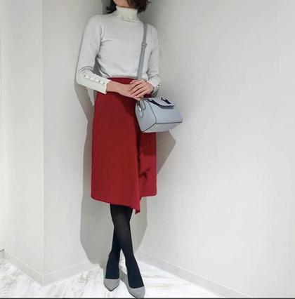 aircloset_officialバレンタインコーデ コンパクトなタートルネックニットに落ち感のあるスカートを合わせて、すっきりエレガントなコーディネート。 小物を同系色でまとめるときれいめなスタイルに!