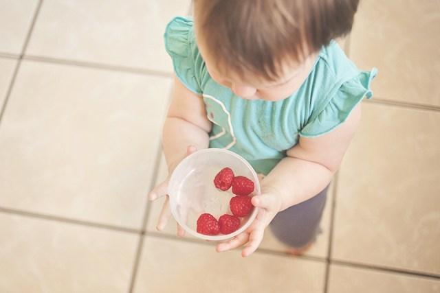 kisgyermek gyümölccsel