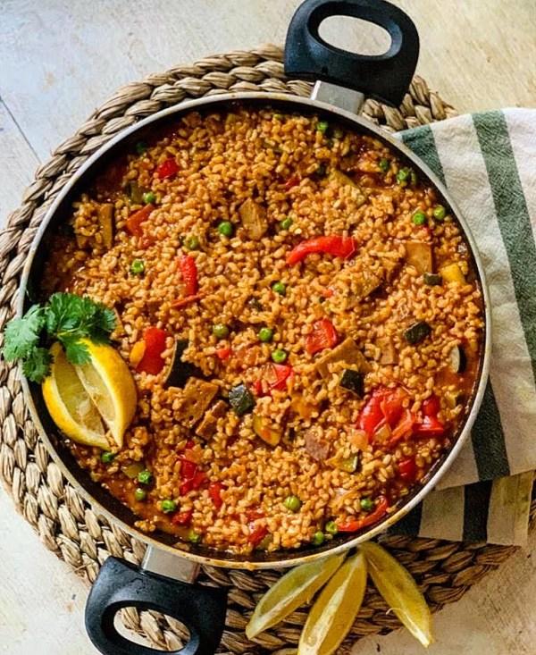 Paella vegana de arroz integral con seitán ¡Sin colorantes!