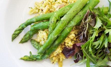 Groene asperges met rijst en tofu