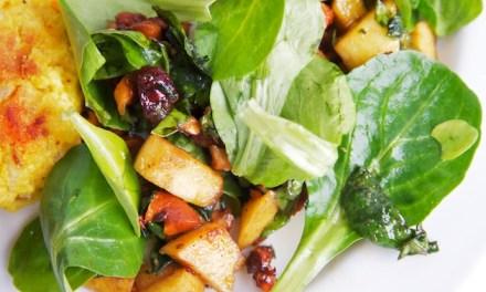 Winterse salade met veldsla en gekarameliseerde nootjes