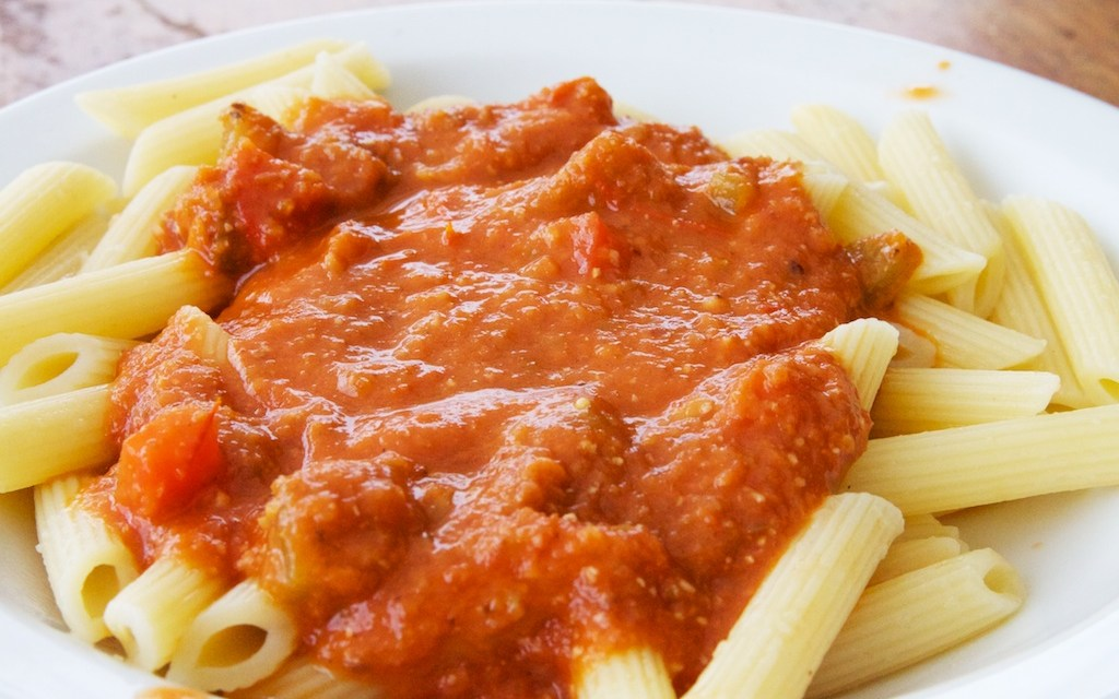 Pastasaus met tomaat en olijven