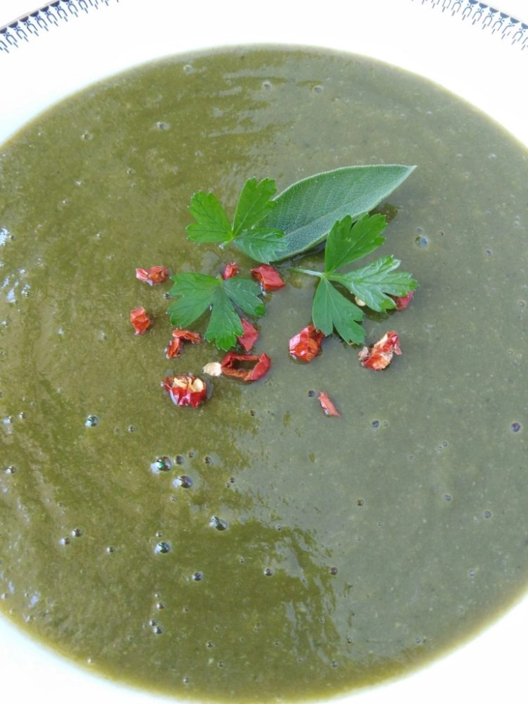 Detox Zucchini Spinach Soup with thyme, parsley and chili