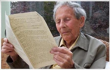 Donald Watson lendo a edição número 1 do Vegan News | História do Veganismo