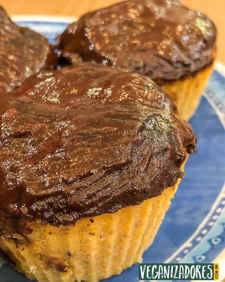 Cupcake Vegano de Cenoura com Cobertura de Creme de Avelã - Receita Veganizadores