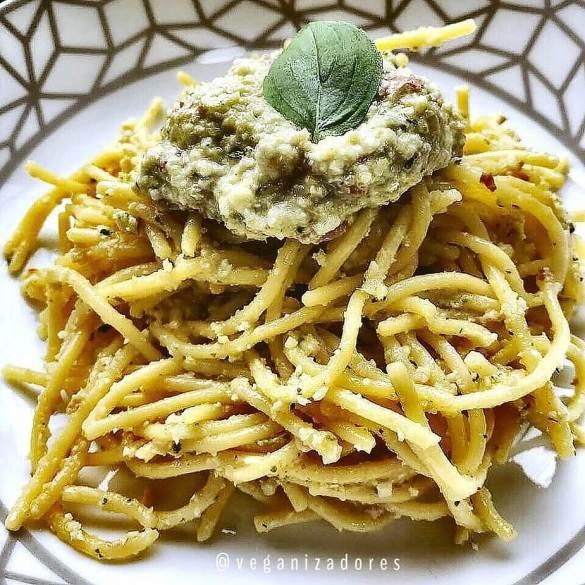 Molho Pesto Vegano de Abobrinha e Manjericão | Veganizadores