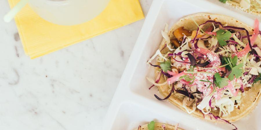 veganska tacobröd med tacofyllning på ett bord