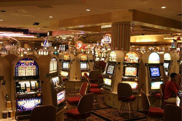 A Comprehensive Comparison of Online and Vegas Slots Machines