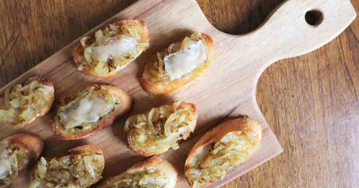 Crostinis aux oignons caramélisés