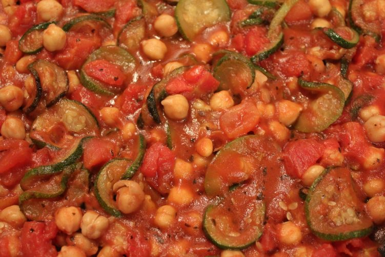Zucchini with chick peas recipe by Vegetarian Atlas.