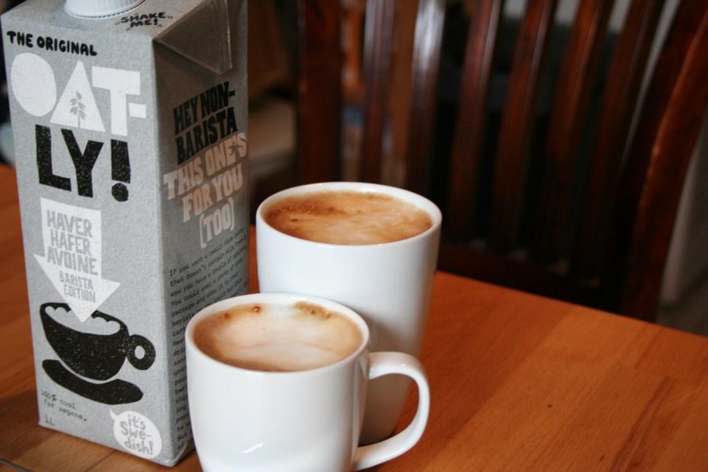 Hafermilch Oatly Milchkaffee vegan milchfrei Milchschaum