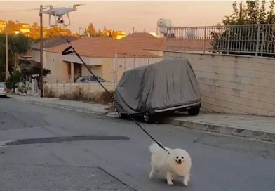 Homem usa drone para levar cão para passear durante quarentena