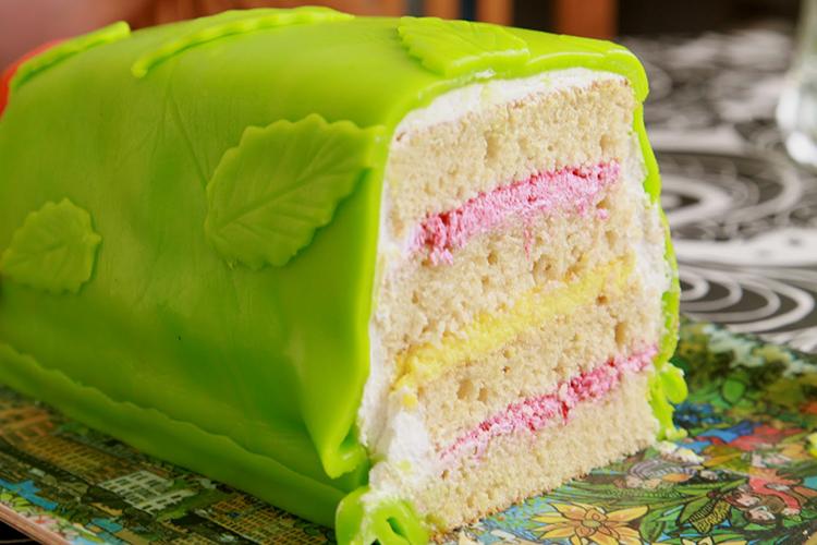 Tårta täckt med grön marsipan