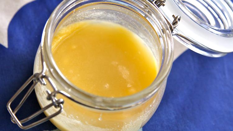Glasburk fylld med lemon curd