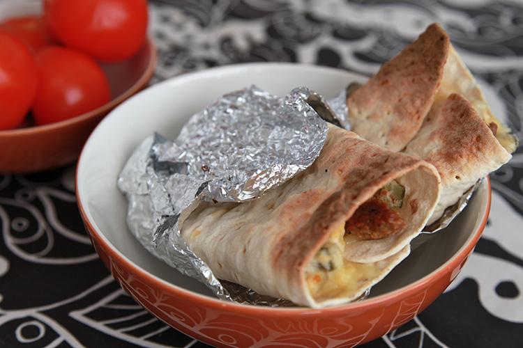 Två wraps med folie nedtill ligger i brun skål