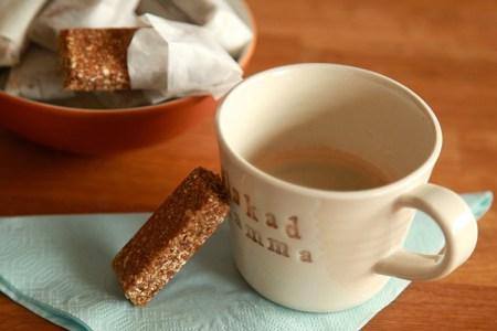 En mandelbar lutad mot en kopp med kaffe