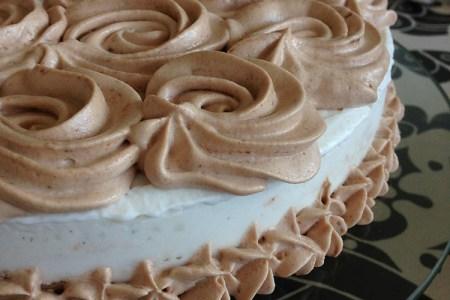 Glasstårta med nougatgrädde spritsat runt kanten och ovanpå
