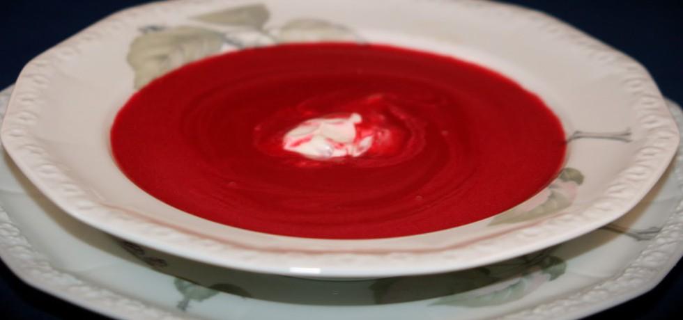 Röd soppa med en klick creme fraiche i mitten, serverad i vit, djup tallrik