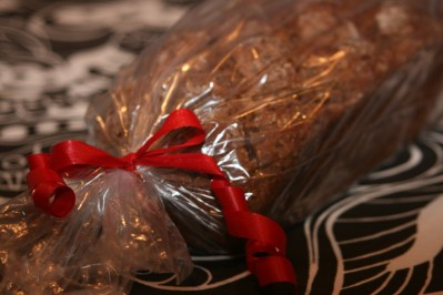 Vörtbröd i genomskinlig plastpåse försluten med rött snöre knutet med en rosett