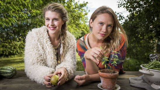 Programledarna Elenore Bendel Zahn och Karoline Jönsson Vegorätt