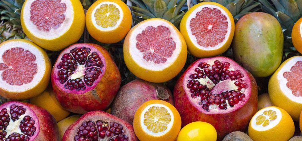 Hela samt halverade citrusfrukter