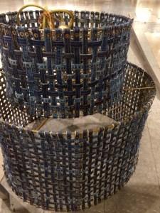 Lampa flätad av jeanstygsrester