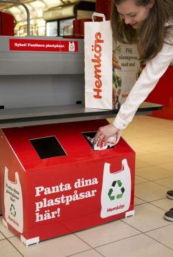 """Rektangulärt uppsamlingskärl i kartong med texten """"Panta dina plastpåsar här!"""""""